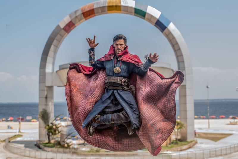 Doutor Estranho levita na orla da praia da Ponta Negra