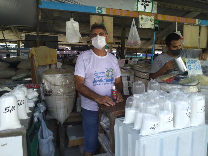 """O vendedor de farinha Antônio Olivar, há 33 anos na Feira da 25, afirma: """"Somos tão importantes que temos duas datas comemorativas, 25 de agosto, que é o Dia Nacional do Feirante, e hoje, dia 28, no calendário municipal"""""""