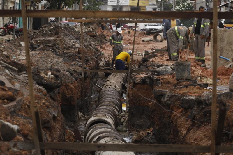 Obras de drenagem e pavimentação da travessa dos Apinajés, em Belém.