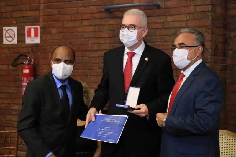 Prefeito e vice-prefeito entregam a comenda ao reitor da UFPA Emanuel Tourinho
