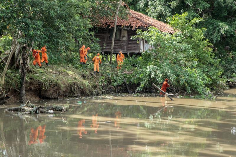 Ação emergencial visa à limpeza de vias, canais e bueiros da cidade.