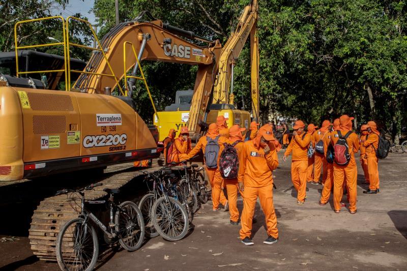 Ação emergencial mobiliza cerca de dois mil agentes no trabalho de limpeza  da cidade.