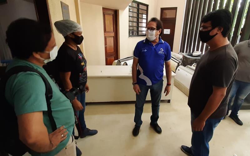 Secretário Maurício Bezerra acompanhou em Outeiro vacinação dos idosos.