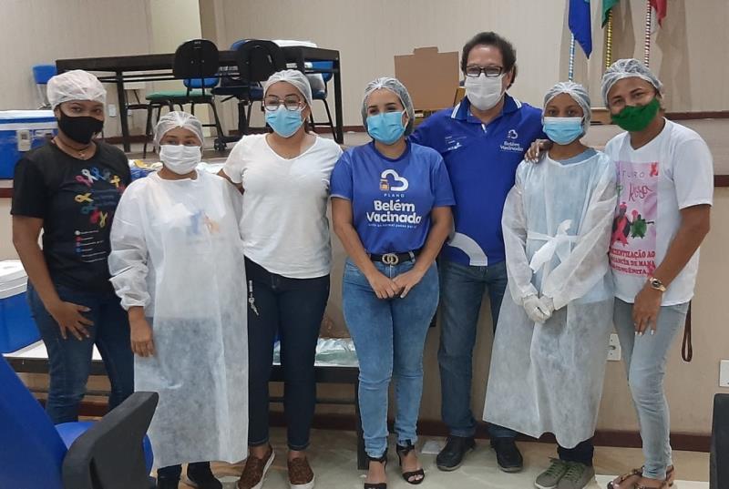 Equipe de vacinação dos idosos contra a Covid-19 na ilha de Outeiro.