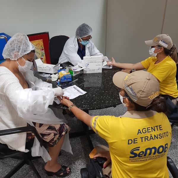 Agentes de trânsito fazem teste rápido de Covid-19 na sede da SeMOB, em parceria com a Sesma