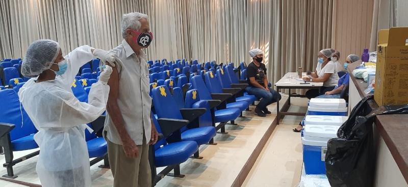 Idoso de 85 anos vacinado na Funbosque no dia  3 de fevereiro