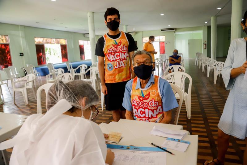 Raimundo Alves e o neto Heitor usaram abadá especial para comemorar a dose da vacina.