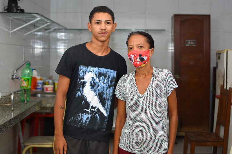Márcia e filho Renan almejam reconstruir suas vidas, após incêndio da casa onde moravam