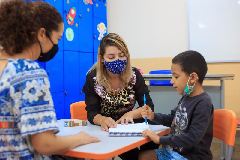 A mãe de Miguel, Delcinalva Siqueira,acompanha atividades do Miguel na escola.