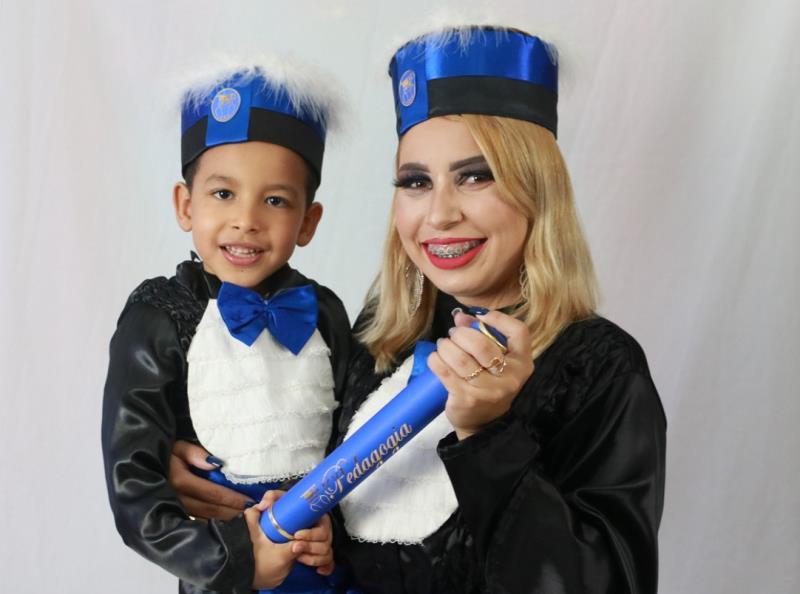 Um ensaio fotográfico celebrou a relação do pequeno Miguel, que concluiu o jardim II, com a agora pedagoga Rayla Souza.