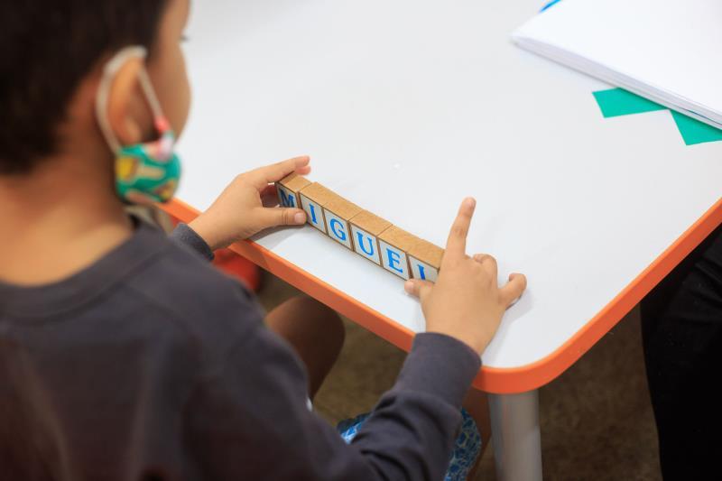 Miguel já identifica as letras do alfabeto móvel e aprendeu a escrever o nome.