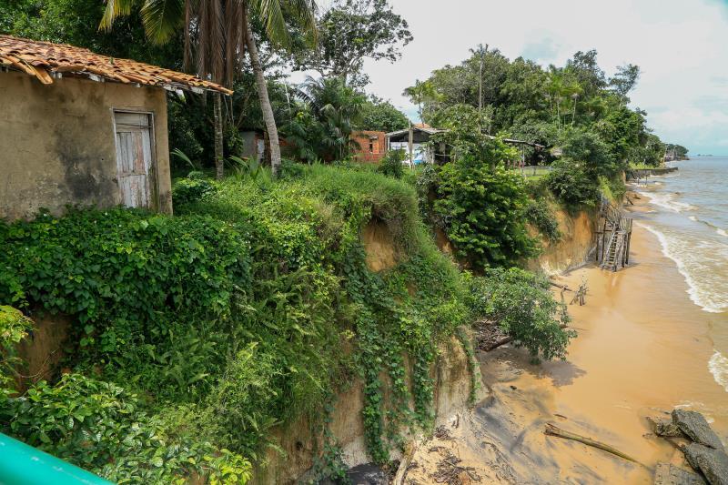 Vários imóveis construídos muito próximo à praia estão em risco de desabamento