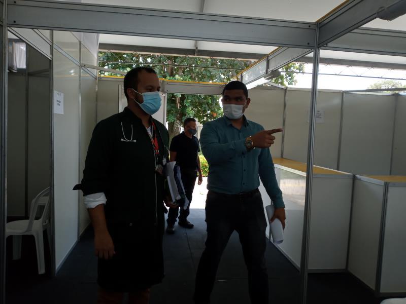 Eduardo Barros e Caio Lacerda, diretor geral e diretor clínico, respectivamente, do HGM, conferindo últimos preparativos ao funcionamento da Policlinca.