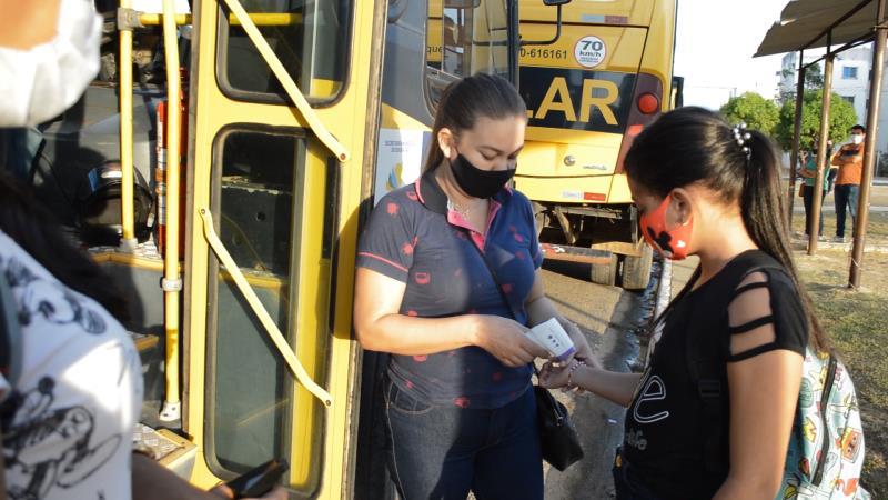 Antes de entras nos ônibus, alunos tem a temperatura verificada