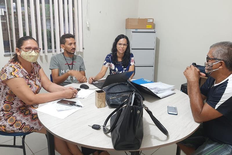 Professores da escola Maria Silva Nunes reunidos para elaboração de atividades escolares.