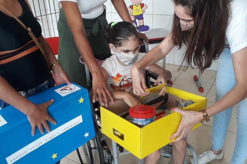 Professores entregam kits escolares para alunos com deficiência visual