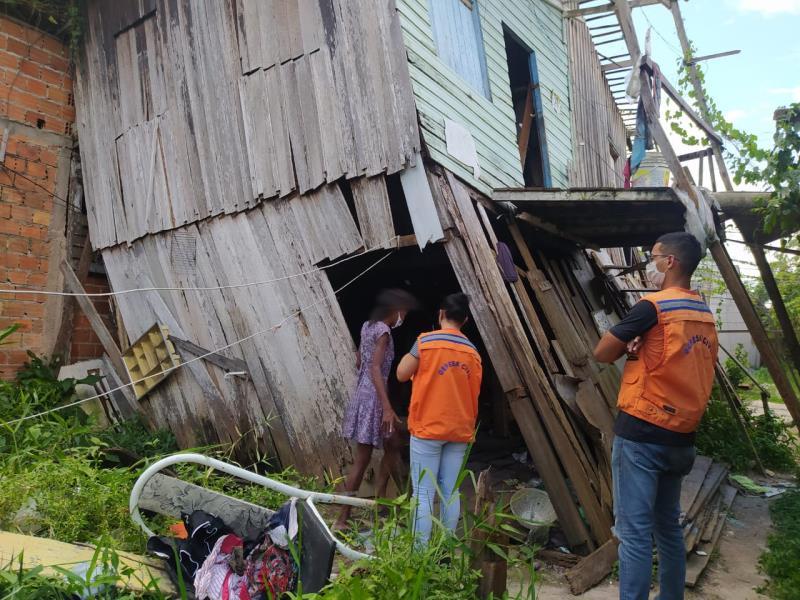 Havia três moradores no momento do desabamento, mas felizmente ninguém se feriu