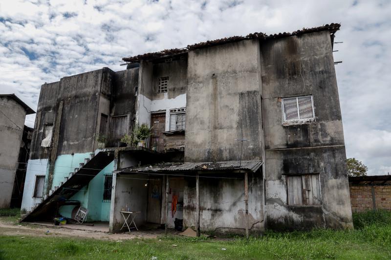Mesmo incabados, os apartamentos foram invadidos e seguem ocupados há pelo menos cinco anos