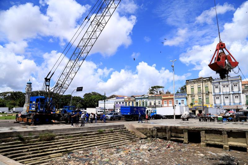 Foi montado uma barreira de proteção para evitar que embarcações aportem no local do serviço de dragagem, assimcomona Pedra do Peixe, onde feirantes e compradores trafegam