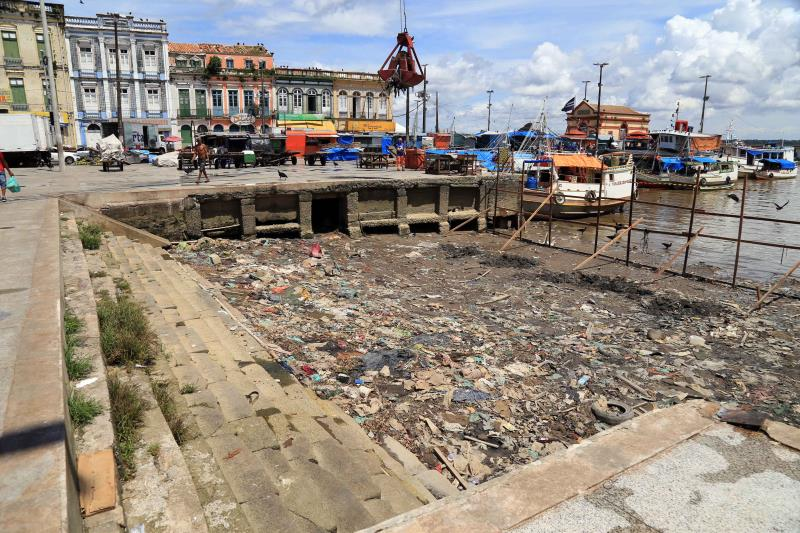 No momento da ação, a maré estavabaixa.Com isso, a equipe de limpeza constatou diversos objetos acumulados no local, comopneus, garrafas de plástico ede vidro e sacolas