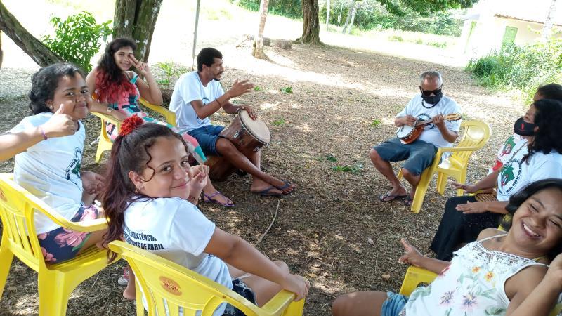 Crianças na roda de musicalidade que marca a programação de aniversário de 22 anos do assentamento Mártires de Abril.