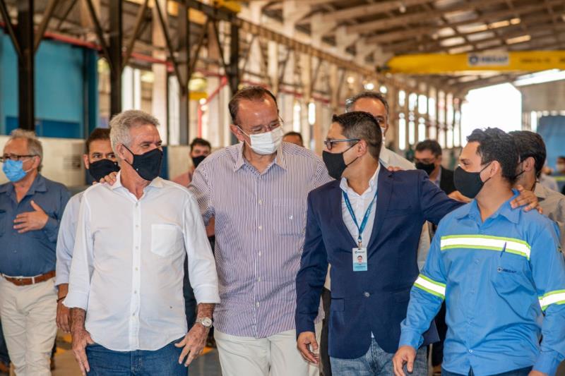 Ao centro Secretário José Fernando Gomes Júnior com a diretoria da indústria REGAF