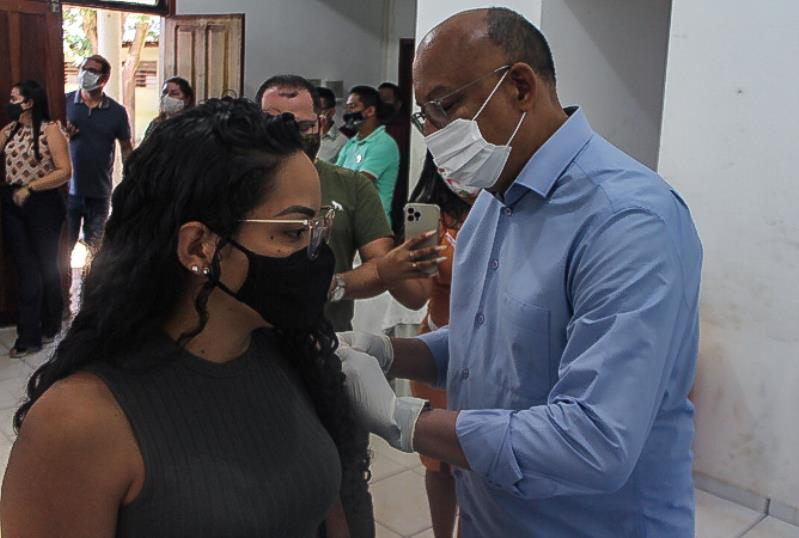 Secretário de saúde, Marinaldo Ferreira, aplica vacina em professora.
