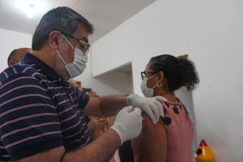 Lucídio Paes, médico e prefeito de Paragominas, aplica vacina em professora da rede pública municipal.