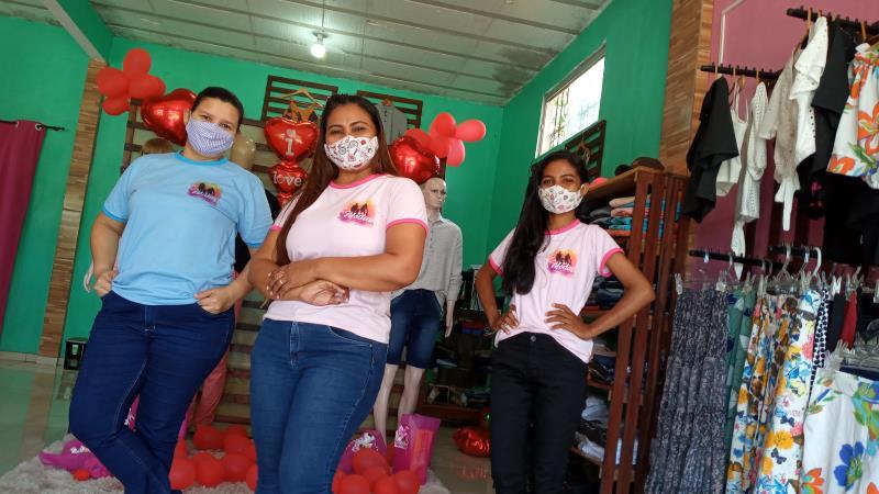 Aurilene Reis (centro) e suas duas novas funcionárias: Andreza e Regina. Loja com estoque renovado e  promoções para aumentar as vendas.