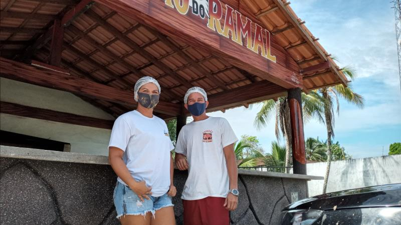 O casal Dayanne Damasceno e Alessandro dos Santos fez grande investimento na barraca para aumentar as vendas de refeições.
