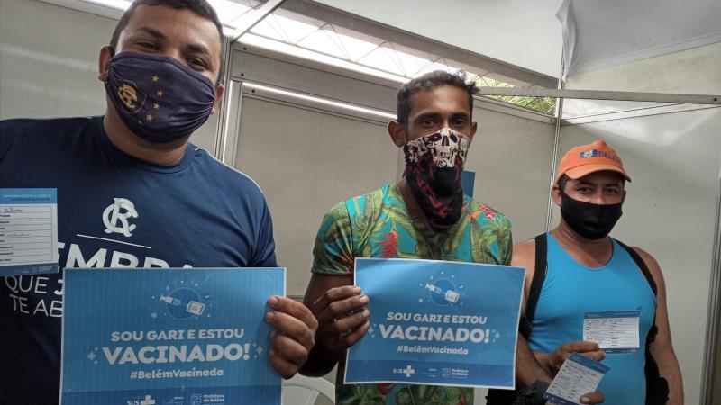 """Dimas (à esq), Ilberto (centro) e Arthur agora estão vacinados com a primeira dose do imunizante da Pfizer. """"Só gratidão"""", disseram."""