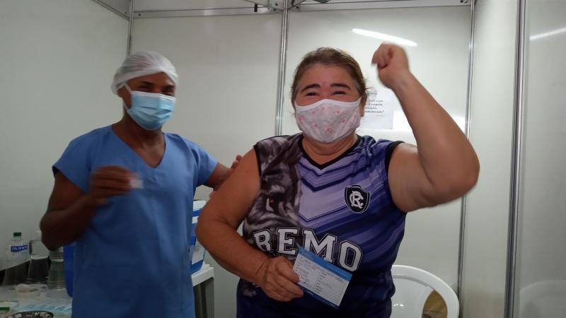 Maria Botelho festejou muito a vacinação. Ela é servidora pública há 36 anos na área da educação.