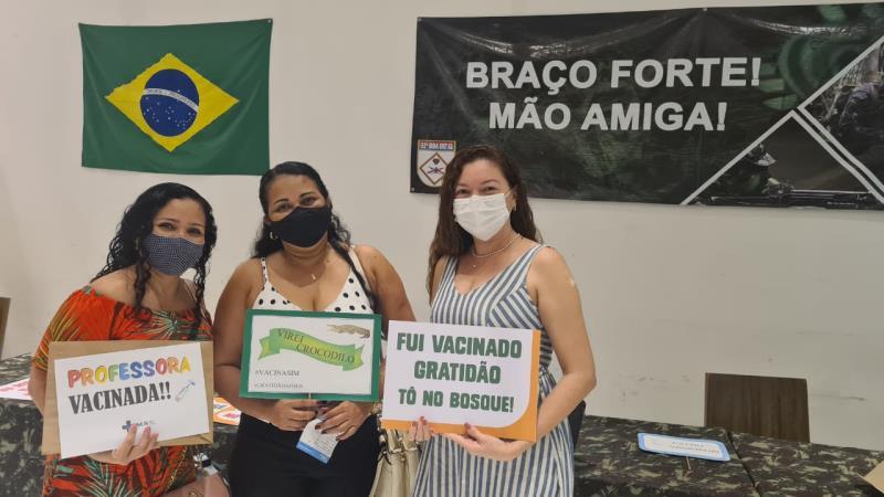 """A professora Shirley (centro), da Escola Inês Maroja, festejou após ser imunizada no shopping Grão-Pará: """"Viva o SUS!"""""""