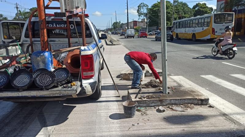 Equipe semafórica da Semob está na Augusto Montenegro para resolver o problema do equipamento derrubado na via.