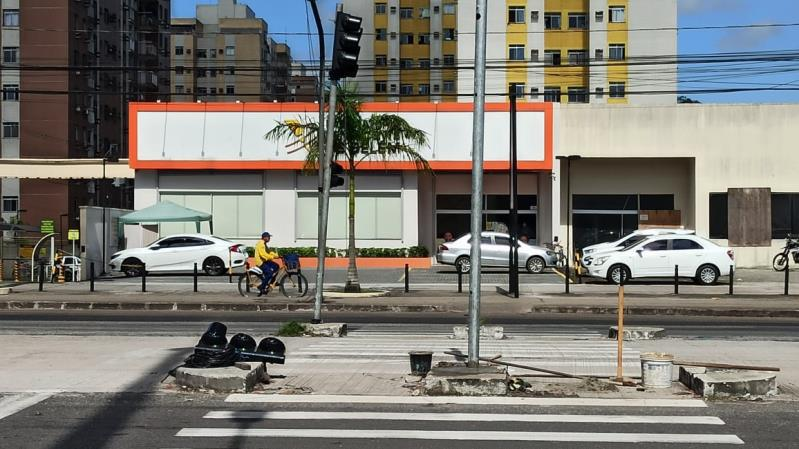 Em consequência do acidente na Augusto Montenegro, dois semáforos foram danificados e a fiação ficou no chão.