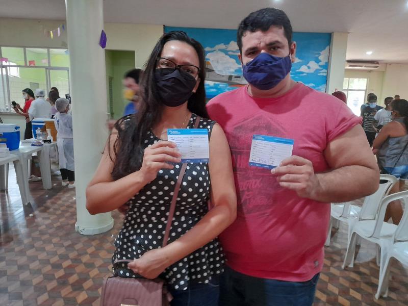 O casal Jakeline Garcia, de 37 anos, e o esposo Rodrigo Gomes, de 39, tomaram juntos a primeira dose doimunizante