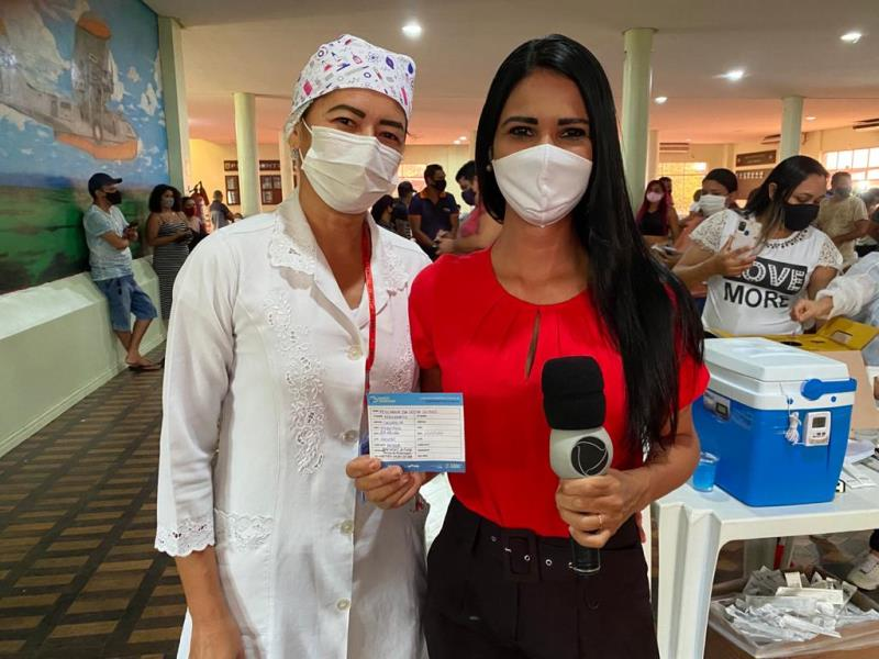 Repórter da Record Tv Belém, Pollyanna Gomes, registrou, ao vivo, o momento em que foi vacinada