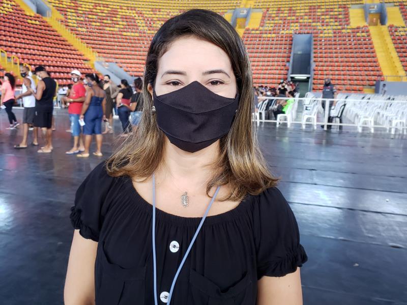 A jornalista Suênia Cardoso foi ao Mangueirinho fazer uma reportagem e saiu de lá vacinada