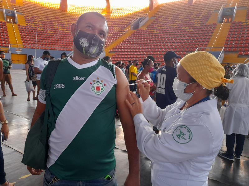 O porteiro Marlon Alves escolheu a camisa do clube do coração, a Tuna, para se vacinar