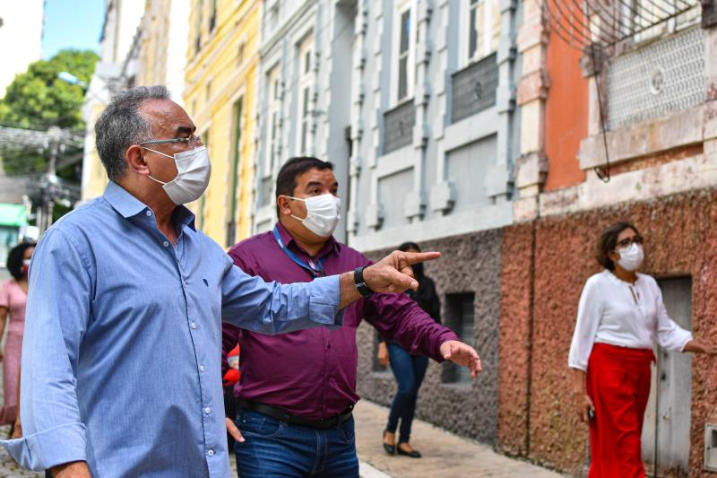 O prefeito caminhou pela passagem Bolonha com objetivo de verificar as condições estruturais dos casarões históricos, sendo alguns de propriedade da prefeitura.
