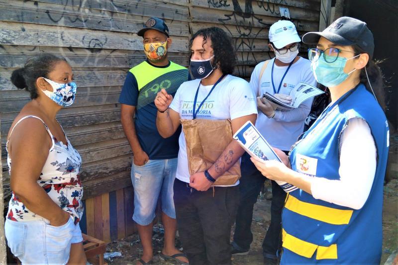 As equipes percorreram o trecho da Caripunas, entre a avenida Bernardo Sayão e a travessa de Breves, conversando com os moradores sobre a reciclagem do óleo de cozinha