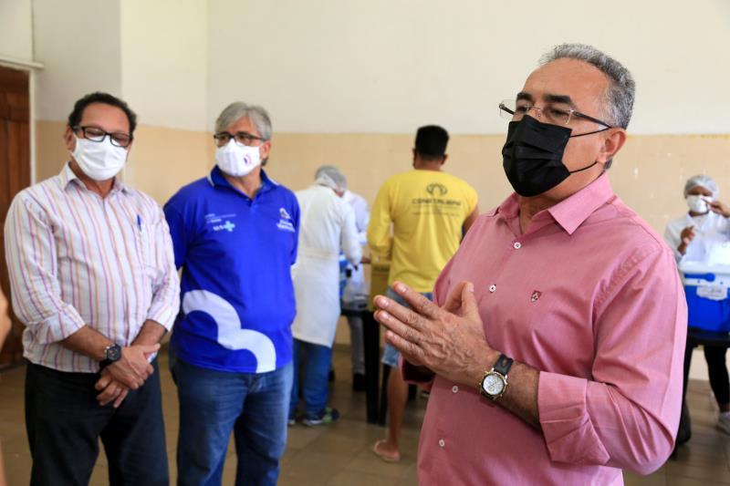 Prefeito Edmilson Rodrigues acompanhou a vacinação dos jovens, juntamente com o secretário de Saúde, Maurício Bezerra e o diretor de Vigilância à Saúde, Cláudio Salgado