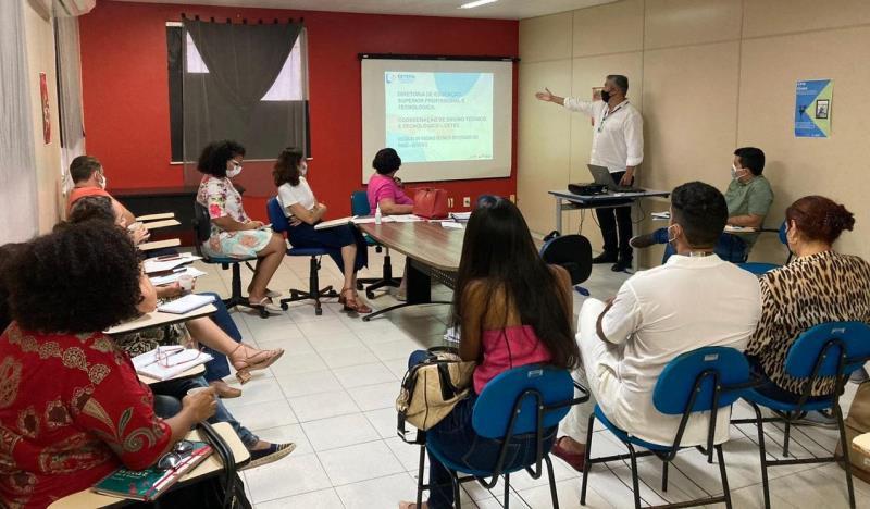 A reunião discutiu a implantação do Projeto Forma Pará, que visa reduzir o déficit de acesso à formação superior, principalmente entre os jovens