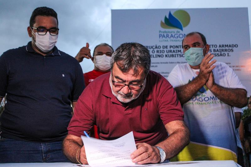 Assinatura do documento de construção da ponte