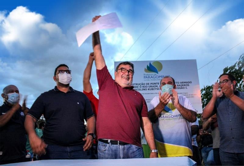 Prefeito Lucídio Paes e secretários de governo durante assinatura da ordem de serviço para construção da ponte que vai ligar os bairros JK e Promissão 1