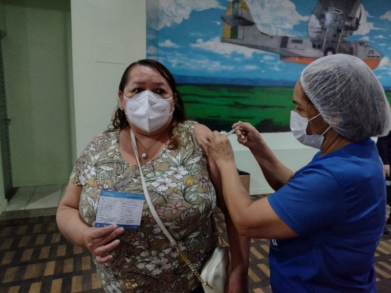A cuidadora de idosos, Maria Célia da Silva, 48 anos, tomou a segunda dose da vacina. Ela teve  Covid-19 e esperava ansiosa pelo calendário, para completar o ciclo de imunização