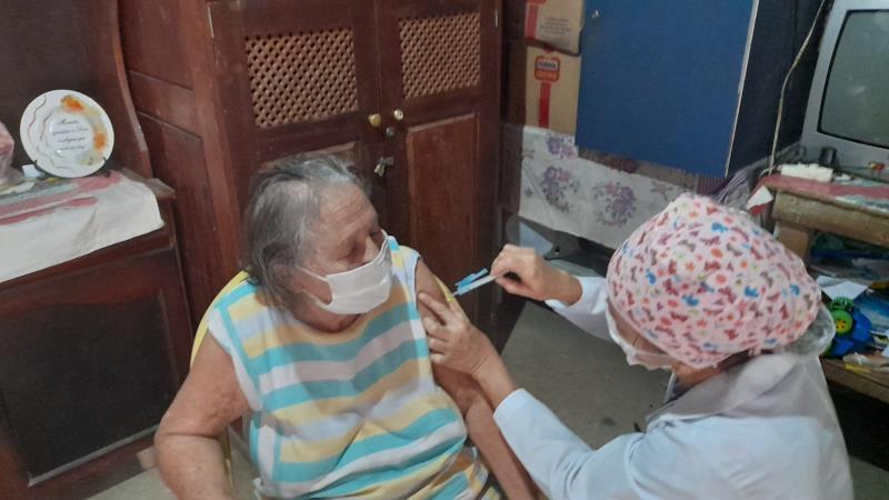 """""""Fiz uma operação de catarata recentemente e, por isso, não tinha como ir ao posto de vacinação para tomar a vacina. O atendimento foi rápido"""", disse a aposentada Luiza Alves de Souza, de 79 anos, vacinada em casa."""