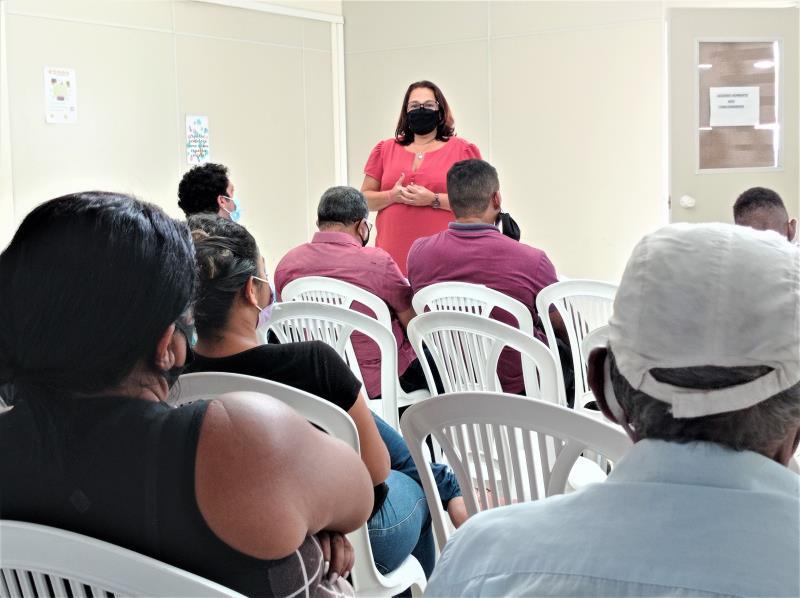 A subcoordenadora social do Promaben, Regina Penna, explica às famílias os mecanismos para assinar o Termo de Adesão.
