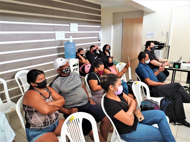 Famílias que recebem auxílio-aluguel recebem informações sobre os apartamentos disponíveis nos Residenciais Maracacuera I e II e Viver Outeiro.