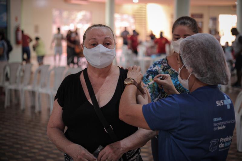 """""""Para mim, todo mundo que toma a vacina deve se sentir muito feliz e abençoado"""". O depoimento é da aposentada Ely Proença, 80 anos, que recebeU a dose de reforço da vacina contra a Covid-19 nesta segunda-feira, 27"""